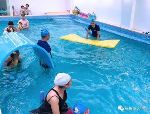 鯨魚堡親子游泳:包裹愛與陪伴的水中益智早教運動