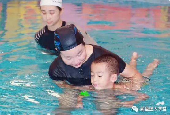 了解一下鯨魚堡親子水育課程中的精細動作訓練?