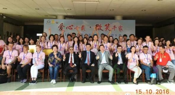 皇后婴儿董事长汤伟奇博士,汤夫人及董事总经理汤修齐先生在广东省封开县汤国华医院主持了微笑公益活动启动式