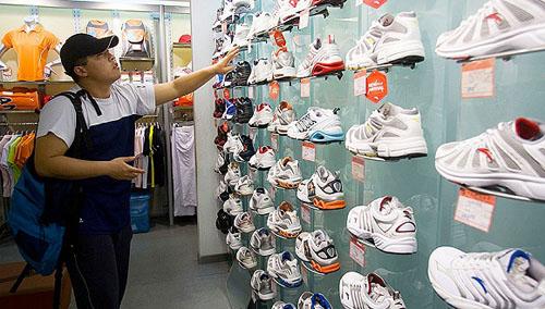 """联手美国高科技材料公司 安踏体育将推出""""防臭球鞋"""""""